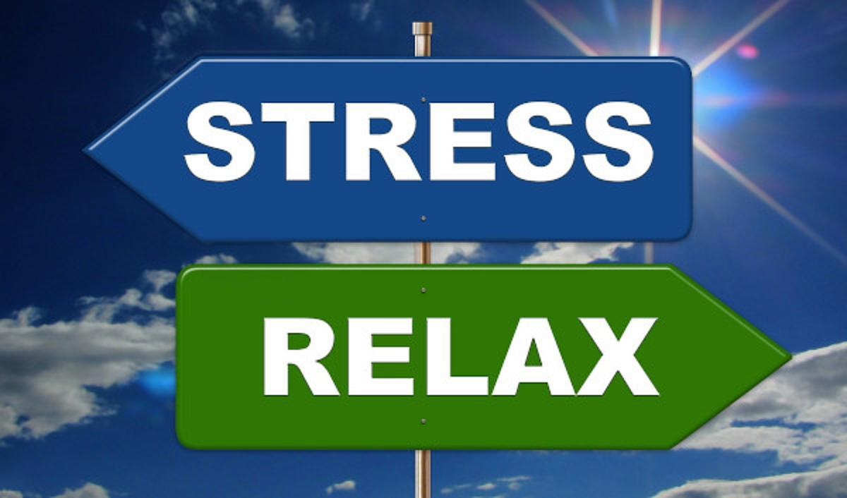 Zwei Pfeile, einer zeigt in Richtung Stress und einer in Richtung Relax. Ich zeige Dir den Weg zur Entspannung.