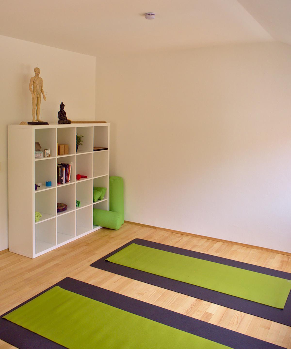 die Yogamatten bieten Platz zum praktizieren der Yoga Asanas
