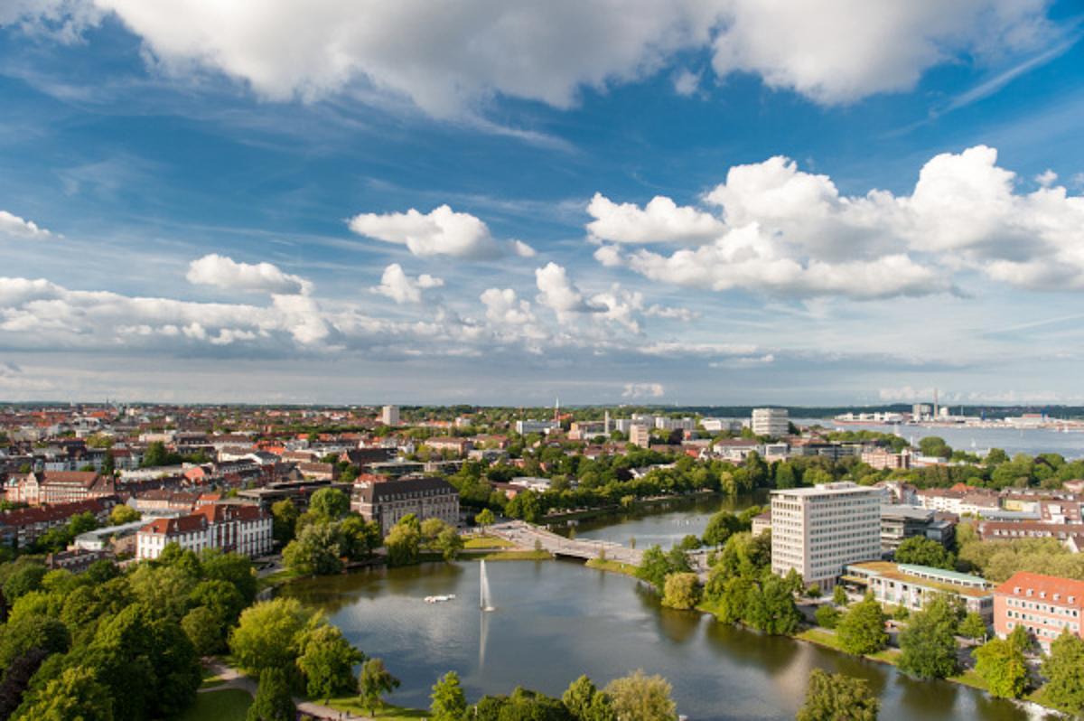 Der Kleine Kiel liegt mitten in Kiel umrahmt von dem Rathaus. Genau dort liegt die Yogapraxis Padna.